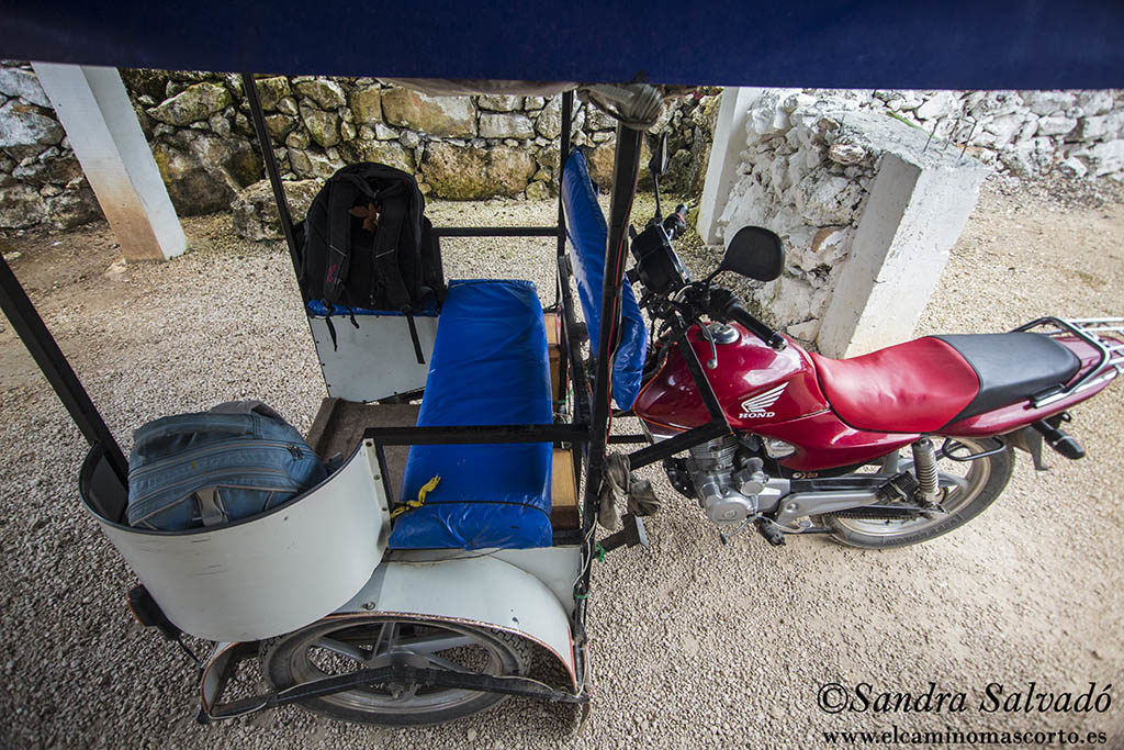 Mototaxi cubierto y con espacio para tu bolsa