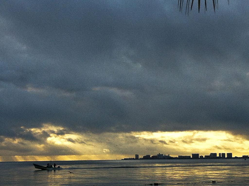 Zona Hotelera de cancún vista desde Puerto Juárez