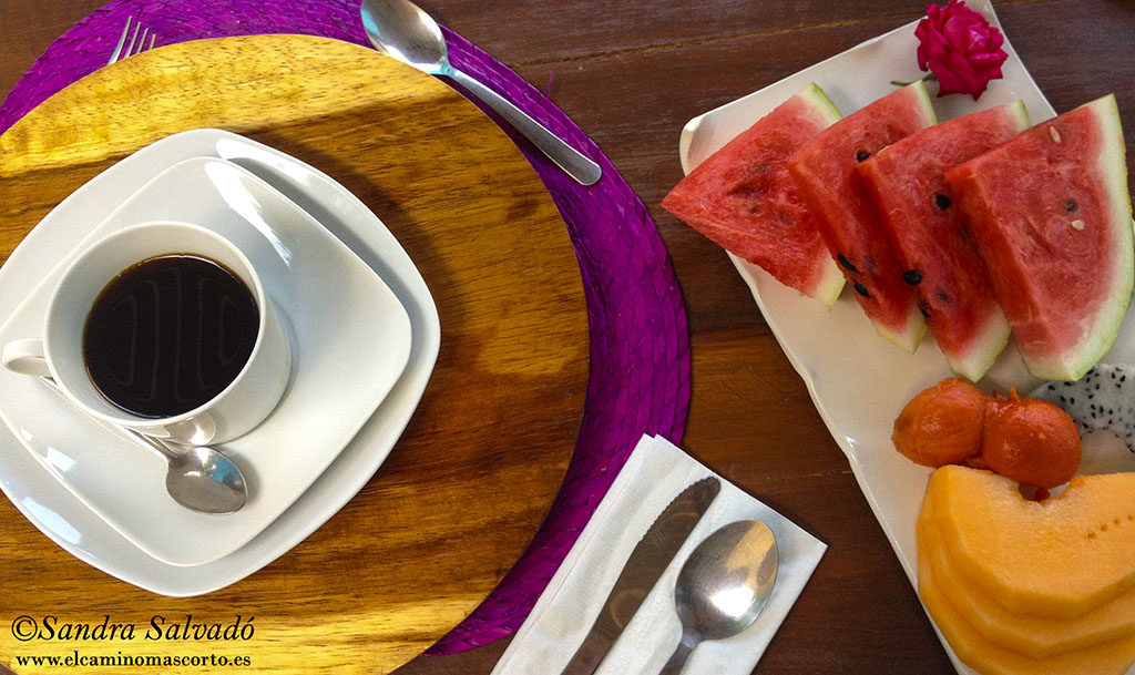 Fruta, pan, huevos al gusto, jugos naturales.. esto sí es desayunar!
