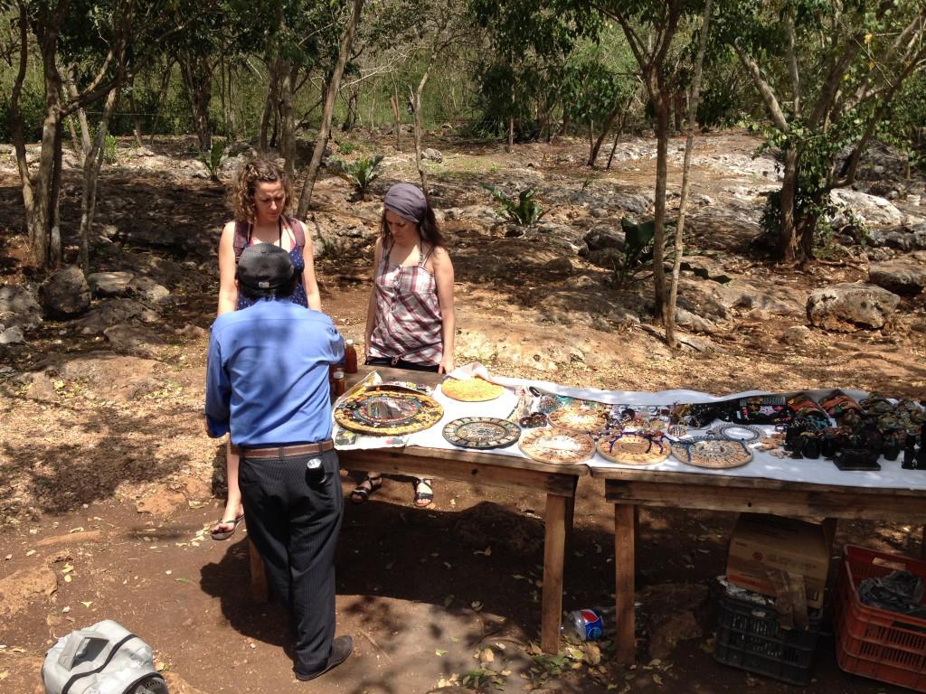 Venden artesanías, miel y otros productos que elaboran ellos.