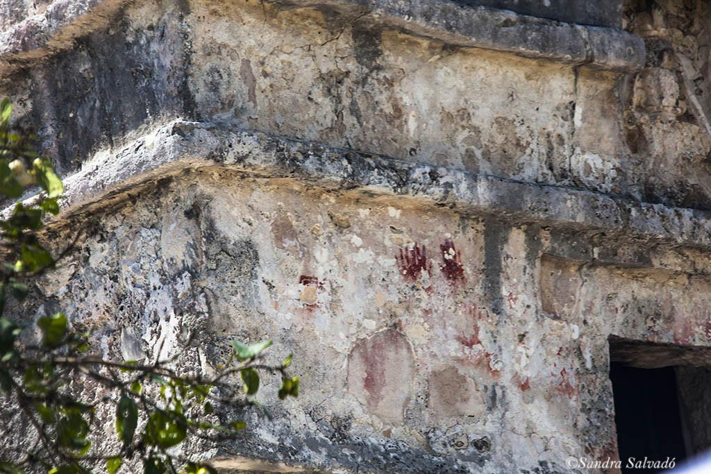 Manos en el Templo de las Pinturas de Tulum.