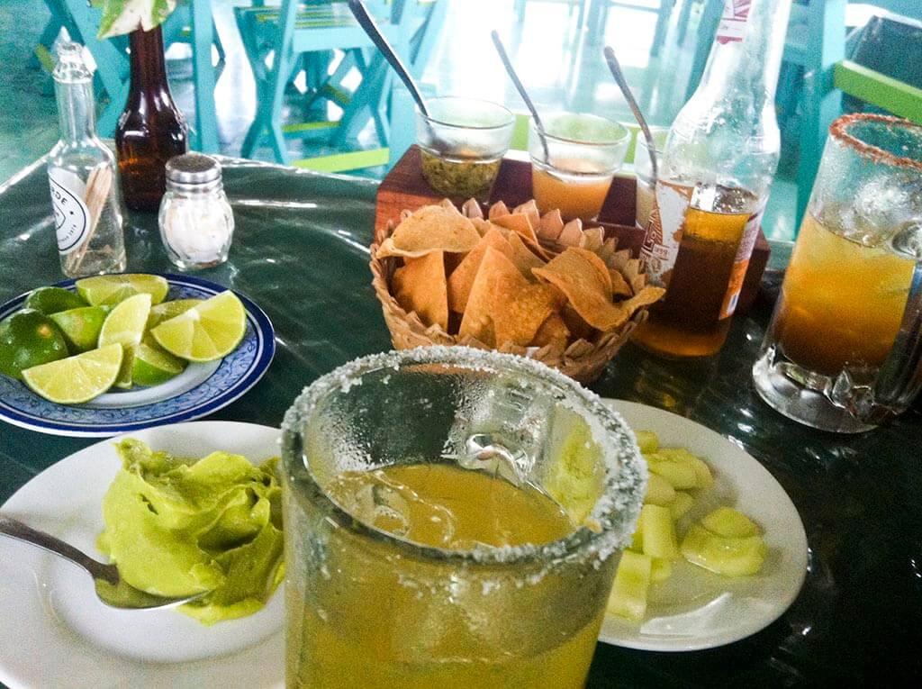 Guacamole y cerveza michelada