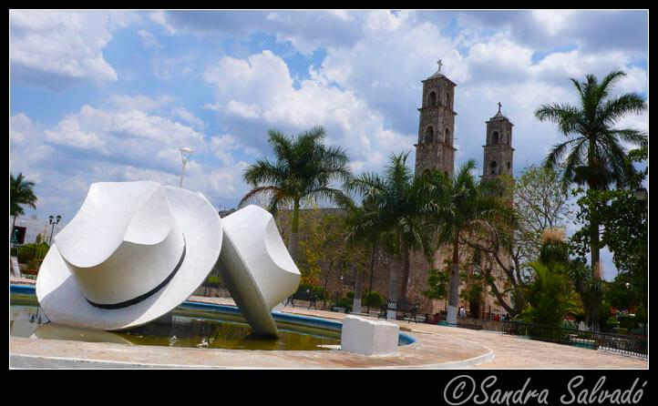 """""""Fuente de los sombreros"""", en el centro de la Plaza del Progreso."""