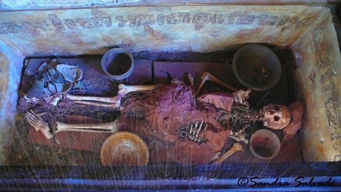 Entierro maya con alimentos como el cacao en la tumba