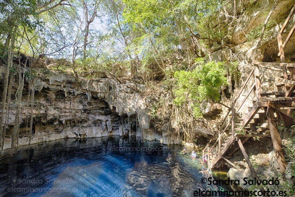 Disfruta el intenso azul en el Cenote Yaal Utzil 2