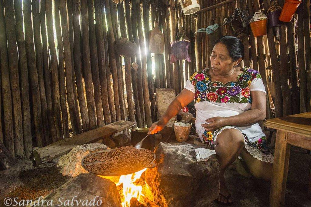 Sra maya torteando. Haciendo tortillas en casa maya. Xocén, Yucatán, México.
